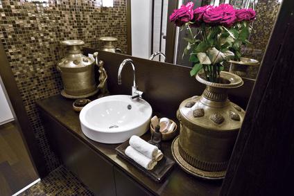 dettaglio del lavabo di un bagno di sapore etnico
