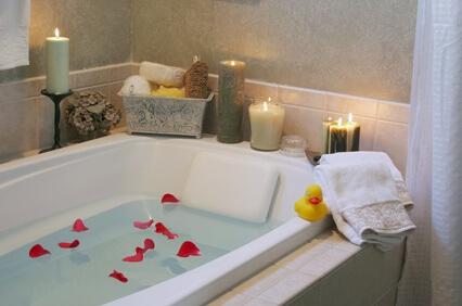 Vasca Da Bagno Romantica Con Candele : Festeggia san valentino con un bagno romantico