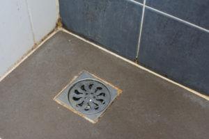 Angolo pavimento doccia con sifone sporco