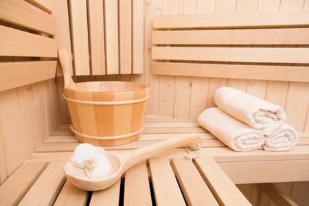 Interno sauna finlandese con accessori