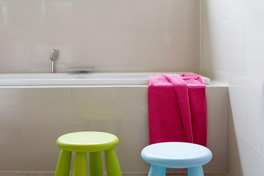 Particolare vasca da bagno con accessori colorati