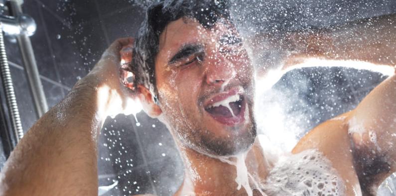 Ragazzo che si fa una doccia fredda