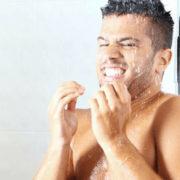 Ragazzo che rabbrividisce sotto la doccia