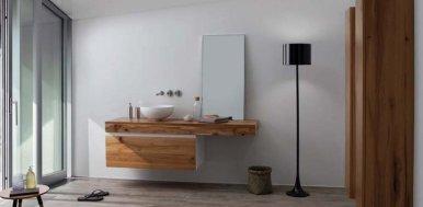 Bagno con mobilio in legno