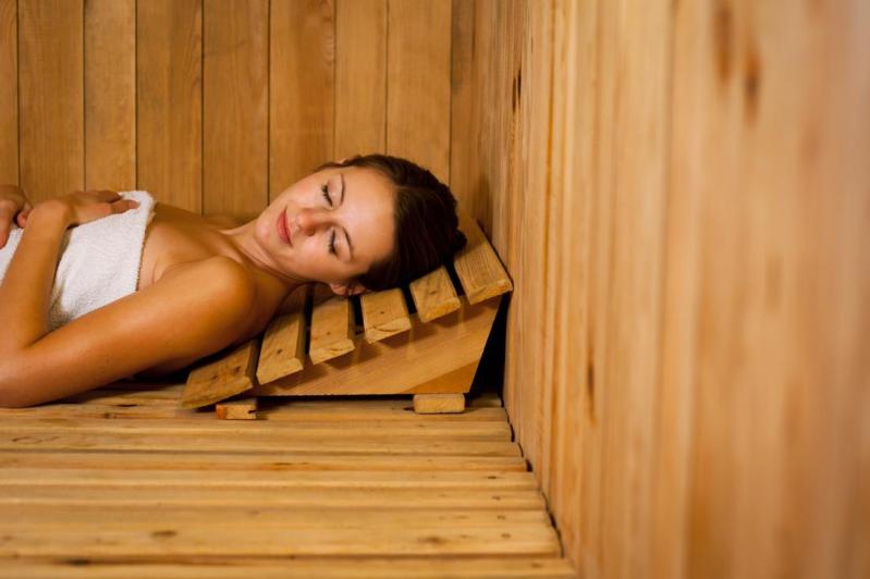 Ragazza che fa la sauna