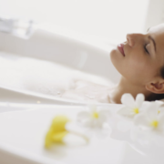 Ragazza che si concede un bagno rilassante nella vasca