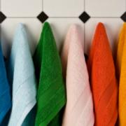 Diversi asciugamani colorati appesi